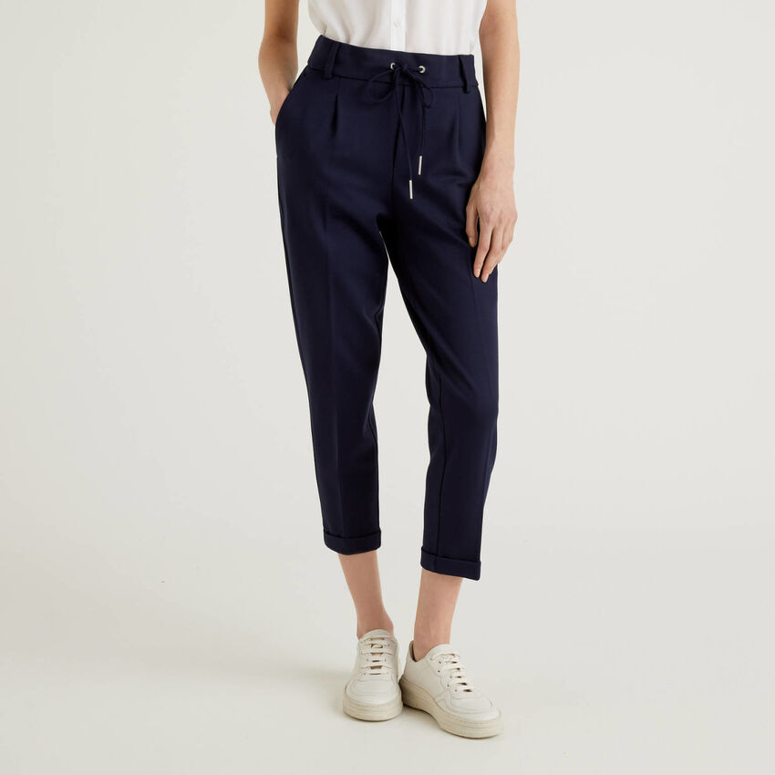 Trousers with drawstring and cuff