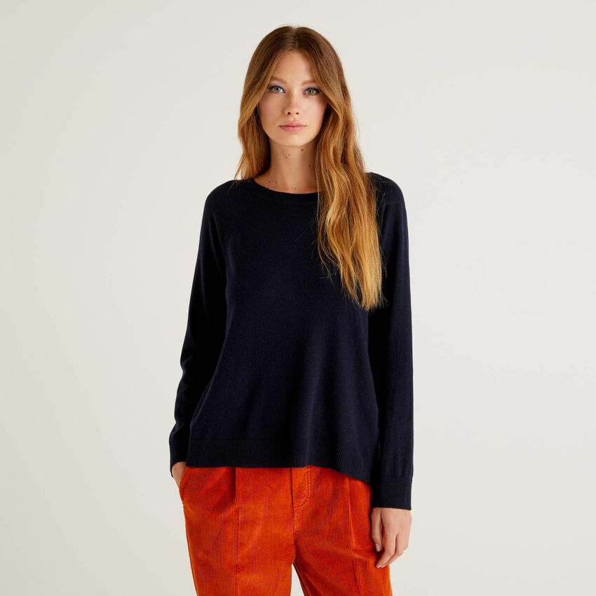 Dark blue sweater with pleat on the back