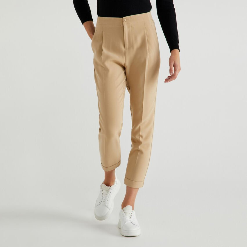 Trousers with centered crease