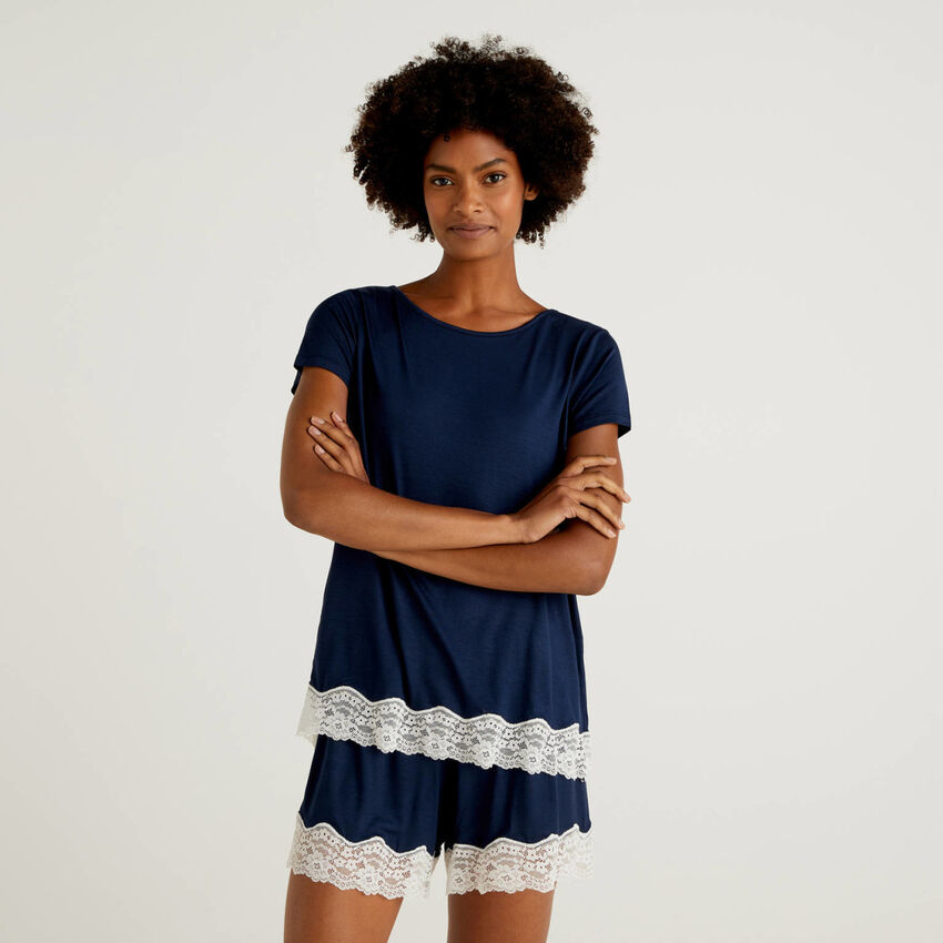 Flowy short sleeve t-shirt with lace