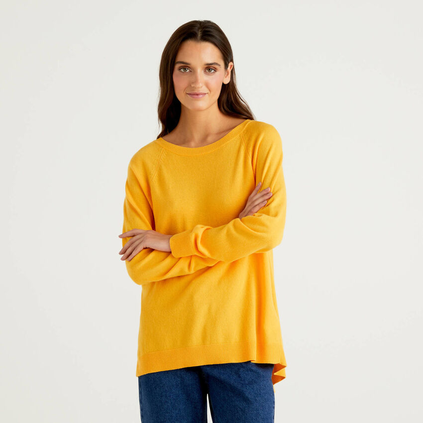 Yellow sweater with pleat on the back